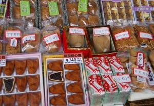 伏見稲荷神社の参道で売られている煎餅